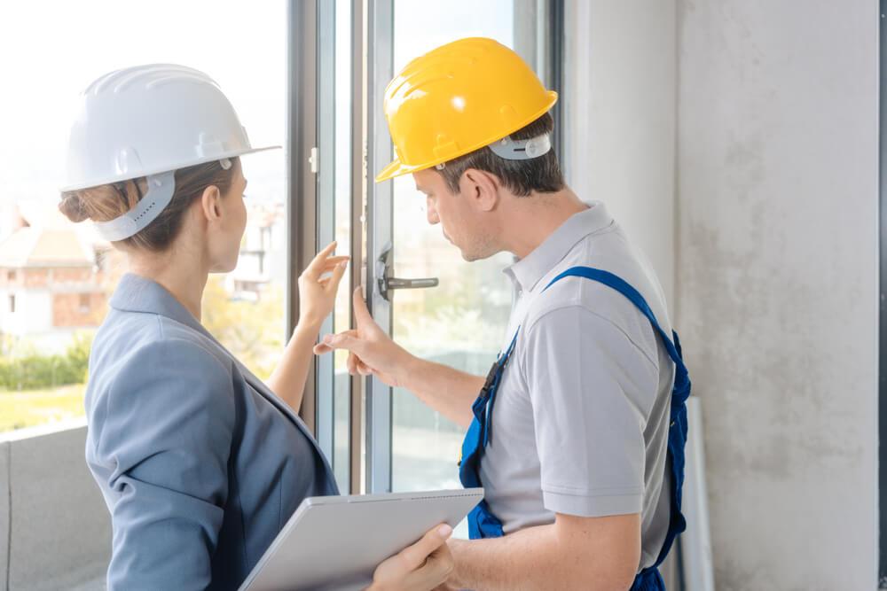 Sprawdzanie okien i drzwi podczas odbioru mieszkania